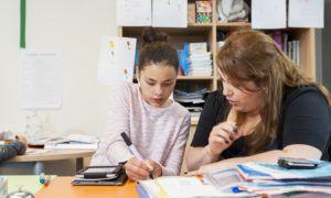 kind en docent in de klas