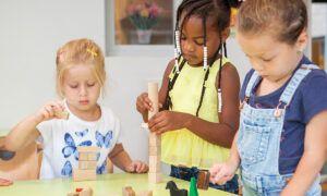 kinderen bouwen met blokken